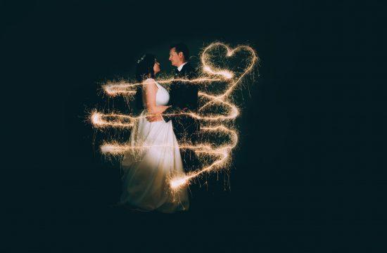 Lightpainting mit Wunderkerzen mit Brautpaar