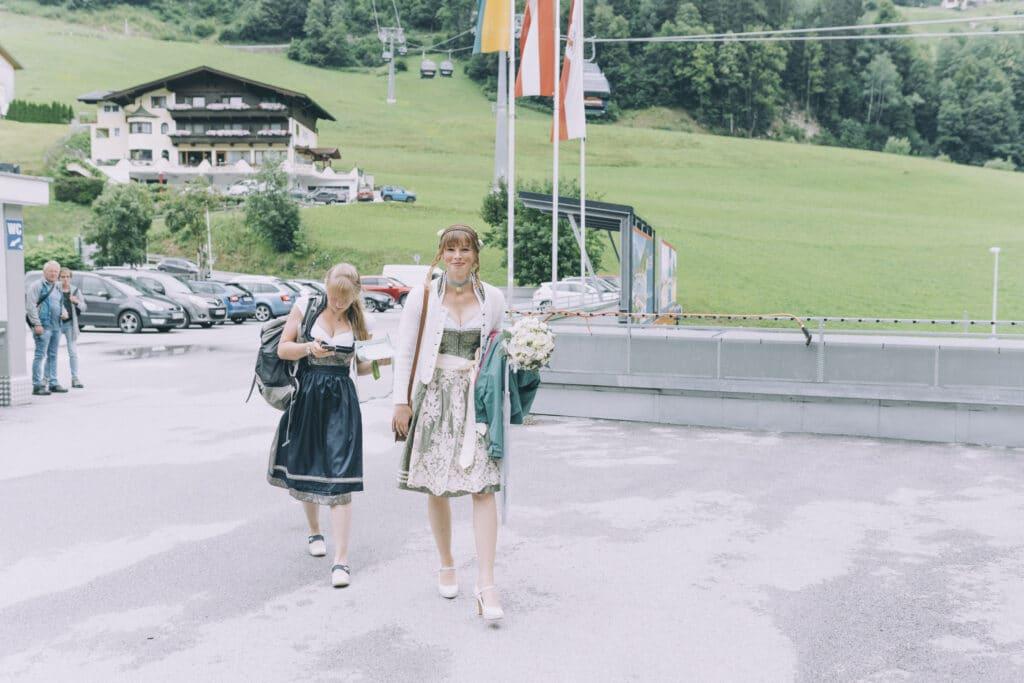 Braut und Trauzeugin am Weg auf die Granatalm im Zillertal