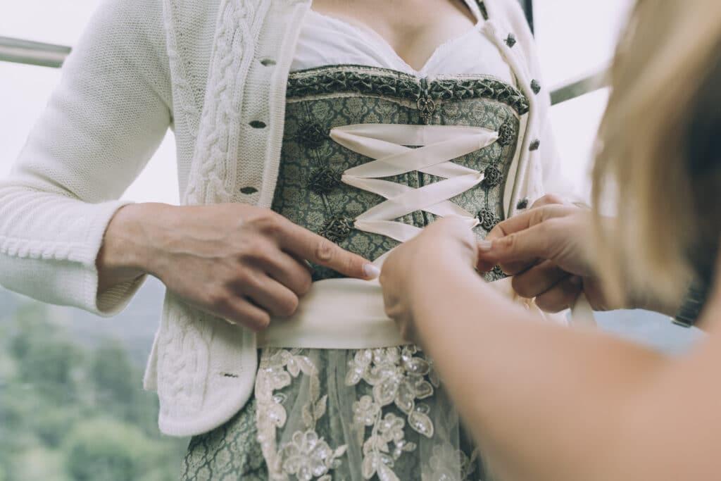 Braut und Trauzeugin in der Gondel auf die Granatalm im Zillertal