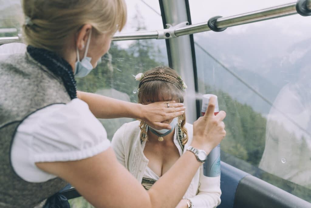 Braut und Trauzeugin beim Getting Ready in der Gondel auf die Granatalm im Zillertal